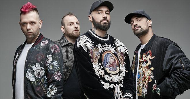 """L'esplosivo successo dei Boomdabash non intende fermarsi e Il brano """"Per un milione"""" è oggi disco di platino per aver superato oltre 50.000 copie vendute."""