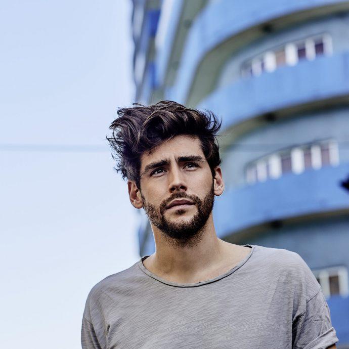 """Si chiamerà """"Mar De Colores - Versiòn Extendida"""" il nuovo album estivo di Alvaro Soler che uscirà il 10 Maggio insieme al nuovo singolo """"La Libertad""""."""