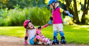 Bambini che giocano con i pattini