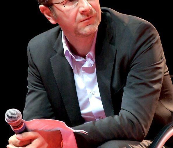 Fabio Fazio esordisce nel 1982 in radio e l'anno succesivo approda in tv. Nel 1999 e 2000 viene chiamato per due edizioni consecutive del Festival di Sanremo.