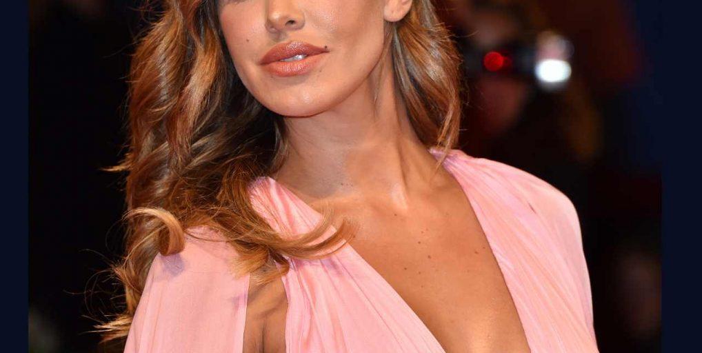 La presenza di Belen Rodriguez al Festival di Sanremo è ricordata per il tatuaggio della farfalla, che tutti gli spettatori hanno potuto ammirare grazie allo spacco molto audace dell'abito.