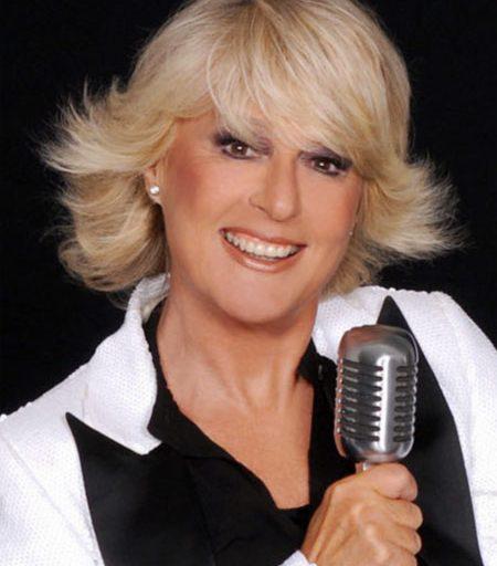 Artista poliedrica, da sempre divisa tra mondo della musica e del cinema, Loretta Goggi è stata la prima presentatrice donna nella storia di Sanremo.