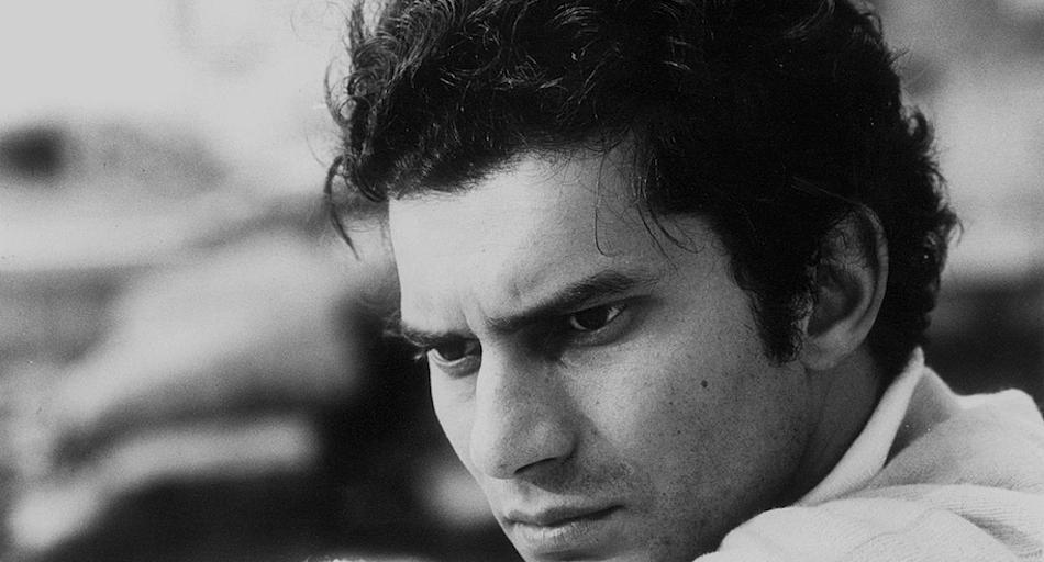Luigi Tenco è uno dei simboli della ribellione italiana degli anni sessanta. Venne trovato morto suicida nella sua camera di Hotel, dopo la sua esibizione nel Sanremo del 67