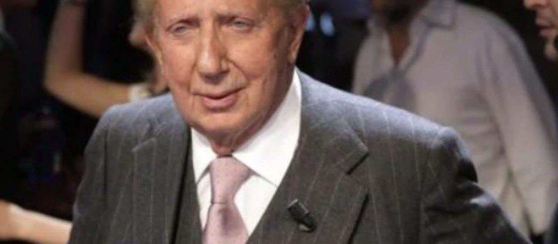 Mike Bongiorno è stato uno dei padri fondatori della televisione italiana. Ha condotto il festival di Sanremo per 11 edizione e dopo la sua morte, a Sanrmeo hanno realizzato una statua in suo onore.